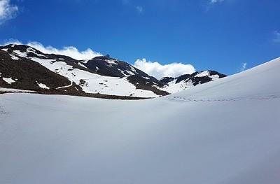 בקצה ההר רואים כבר את מבנה הרכבל בשיא הגובה