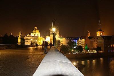 גשר קארל בלילה