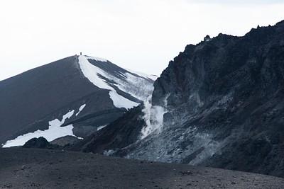 הפסגה של ההר עם נביעות חמות