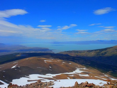על פסגת Lomo del-peliegue Tumbado - מבט אל אגם ויידמה והמדבר הפטגוני