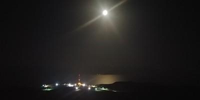 הירח זורח מעל ים המלח ומצוקי דרגות