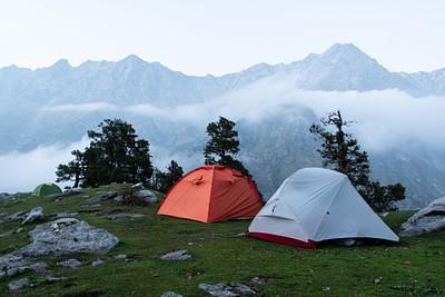 האוהל שלנו לצד אוהלים שכורים בקמפינג העליון (himalayan quest camp)