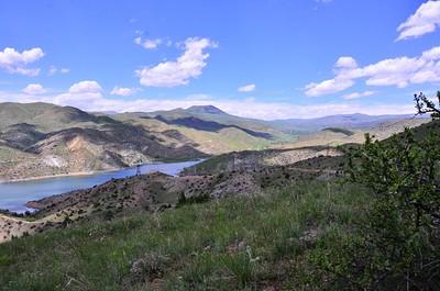 האגם שהפתיע אותנו (ברחק ניתן לראות את הכפר שישנו בו