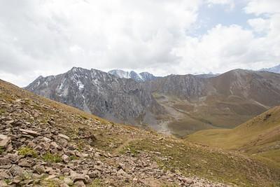 העליה לפאס Ortok. מבט לעמק ממנו הגענו. ההר המצוקי נותן כיוון למיקום תחילת העליה
