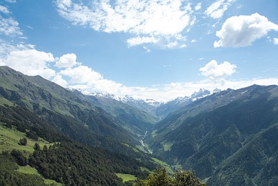 עמק מלאנה שנמצא בתוך עמק פרוואטי (מבט מהטרק למנאלי)
