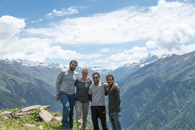 אנחנו יחד עם המדריך והפורטר על רקע הmagic valley