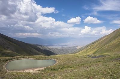 האגם הקטן בראש העמק, והאתר המרכזי בתוך ריכוז האבנים במורד מימין.