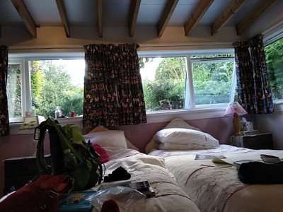 החדר הצנוע אצל פרנסיס. הגינה מהחלון זה מה ששווה הכל