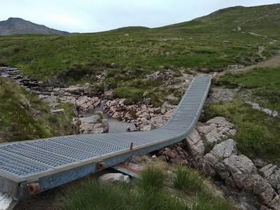 אחרי מעלית הסקי: גשר מתכת בדרך לתצפית מרהיבה מעל GLENCOE.
