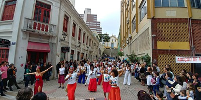 רוקדים סמבה ברחובות