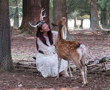 ככה פתאום, נתקלנו ביפני שמצלם את אשתו עם האיילים