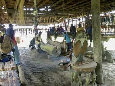בתוך בית הרוחות בכפר Yenjan.