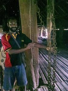 כל לולאה וקשר מציינות גולגולת. בית הרוחות ב-Palembe, בתמונה - ריצ'רד.