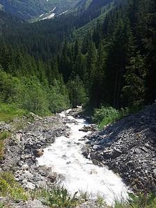 בתחילת העונה כל הנהרות זורמים בעוצמה.