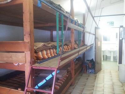 הדורם באליזבטה. 8 מיטות בשורה. 24 איש בחדר קטן.