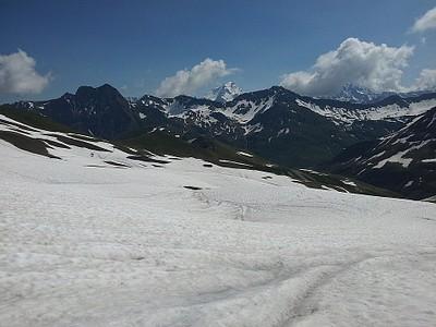 הירידה לשוויץ רוויה בשלג.