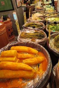 דוכן חמוצים יפנים בשוק האוכל