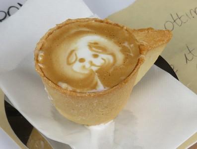 קפה מקושט שמוגש בכוס עשויה מעוגייה