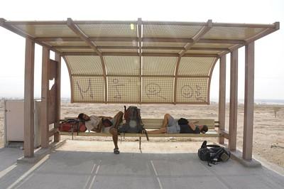 תחנת האוטובוס ליד קטורה, מחכים לטרמפ שיושיע אותנו