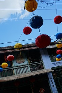 העיר מוצפת במנורות נייר צבעוניות
