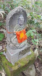 אחד מהפסלים הבודהיסטים לאורך השביל