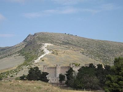 המצודה ומעליה עתיקות טיגראנקרט (הכתם הלבן). בצד שמאל למעלה ניתן להבחין בכנסיית ואנקאסאר
