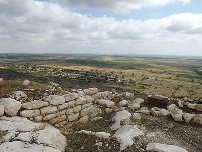 העתיקות - מעבר לכביש נמצאים מישורי אזרבייג'אן
