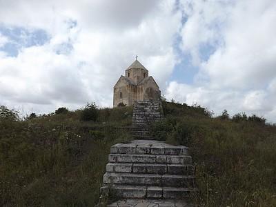 המדרגות המובילות לכנסייה