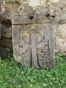 מצבת חצ'קר בחצר המנזר