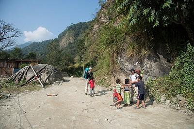 ״מלכודת ילדים״ על הדרך. לכבוד חג נפאלי כל כמה מטרים עצרו אותנו ילדים שרים וביקשו כסף