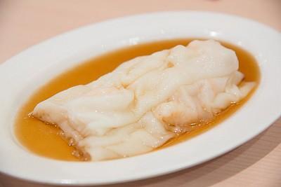 בצק אורז מאודה מלא פירות ים ברוטב סויה חמצמץ