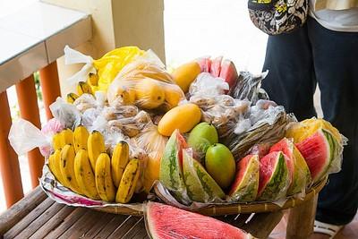 סלסלת פירות עד המרפסת של החדר