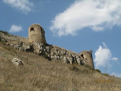 חומות המצודה העתיקה בעיר שושי