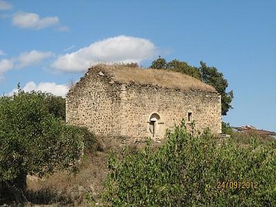 כנסיה עתיקה בצידי הדרך