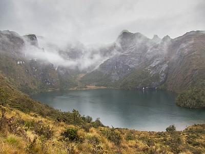 האגם העליון מתחת לפסגה.