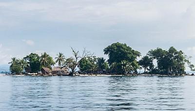אי בודד מול חופי Madang.