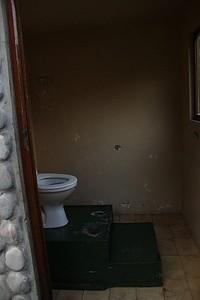 מדרגות בשירותים כדי לשפר את הנוף...