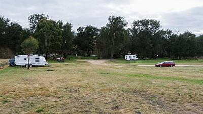 אתר הקאמפינג הראשון שלי, ממערב ל-Blue Mountains.