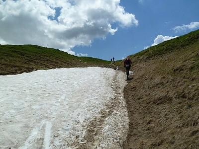 ההליכה על השלג מאתגרת, קשה וכיפית.