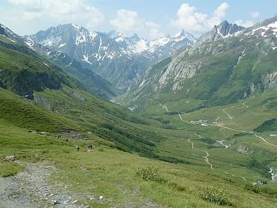 אמצע העליה ל-Col De Seigne. בקצה המשק גבינות, הקצה ימיני עליון הירידה מ-Col de Fours.