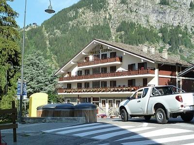 המלון. ממוקם בלב ליבה של Courmayeur, חמישים מטר ממרכז המבקרים ותחנת האוטובוס.