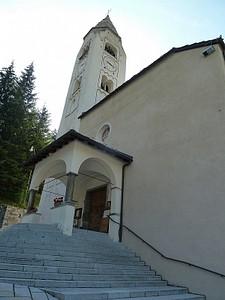 הכנסייה המרכזית של -Courmayeur, אי אפשר לפספס. מכאן יוצאים מהעיר כדי להמשיך במסלול.