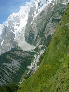 מלמעלה אפשר לראות את המנהרה המחברת ב-Courmayeur ל-Chamonix. אוטובוס ביניהם עולה 10 יורו.