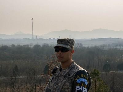 מבט מ-Panmunjom אל עבר הדגל הענק בצפון קוריאה.