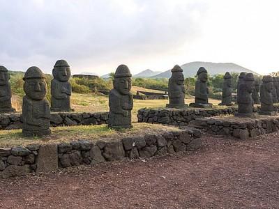 אוסף Harubangs משוחזרים בפארק האבנים.