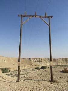 שער עמודי החשמל מעל נחל פרס. הוא גם מסמן ירידה נוחה לתוך הנחל