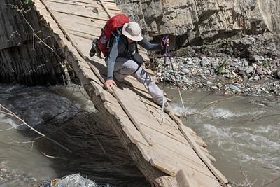 חציית גשר שהתמוטט בדרך