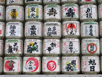 חביות של יין Sake שנתרמו למקדש