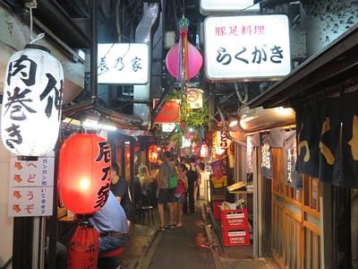 סמטה בשוק האוכל Omoide Yokocho