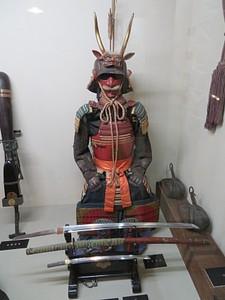 חרבות וחליפת שריון של לוחם סמוראי